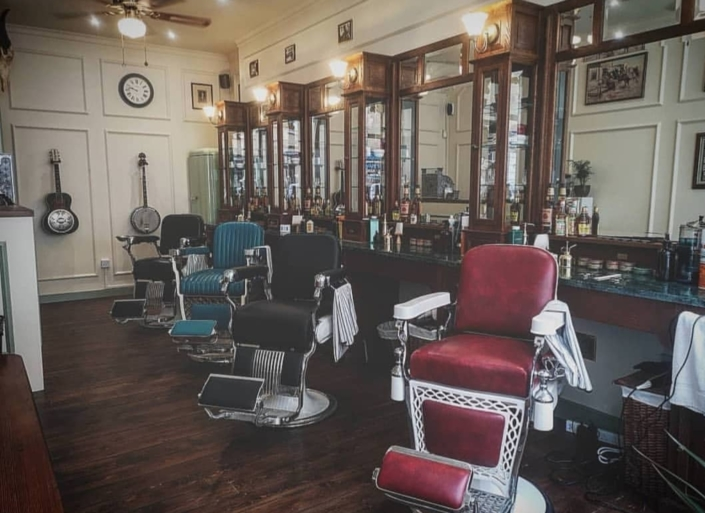 Barberchairs | Classic teak barberstation | Barber furniture | Luxe barberchairs | Barbershop style | Crafted with pride